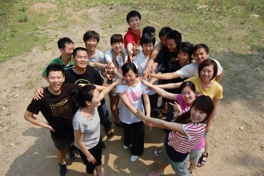 上海分公司活动集体照 我们拓展:     我们急中生智,首尾相连